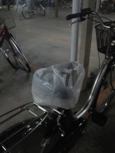 昼の間に降った雨から自転車を守ってくれる、座席カバー