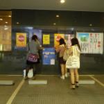 梅花女子大学の2013年小梅祭の実行委員さんたちが、学際のポスターを貼っています。