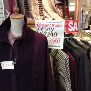 茨木の阪急本通商店街で。婦人服もお得。