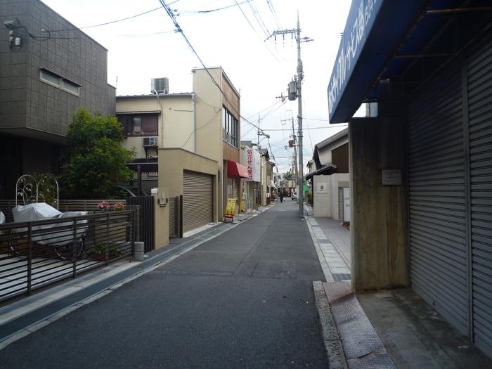 心斉橋商店街を渡ってまっすぐの道