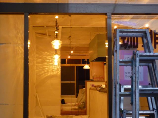 春日商店街の新しいカフェ店内