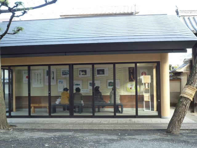 茨木神社の境内にある休憩所