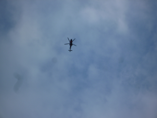茨木市の空を飛ぶヘリコプター