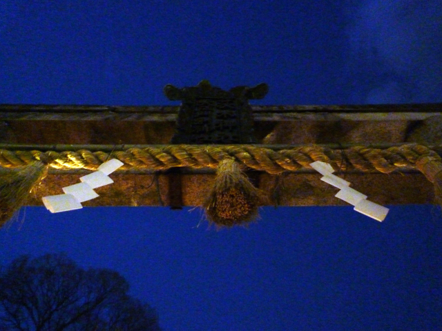 茨木神社鳥居の下から
