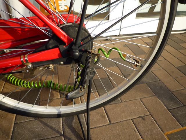イオン茨木で自転車に空気を入れる