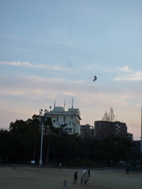 茨木市民グラウンドで凧揚げ(南)
