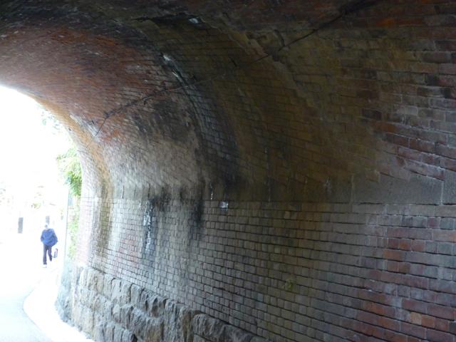 茨木市田中町のまるまたのトンネル