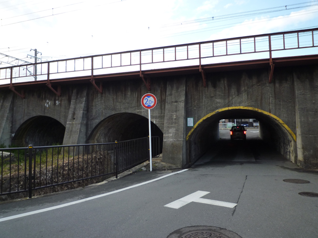 JR高架のトンネルを車が通る
