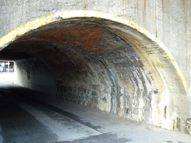 JR高架の三つ並んだトンネル2