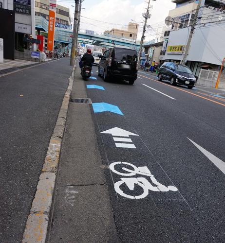 産業道路自転車通行レーンに入るバイク