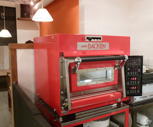 カフェレードルの赤いオーブン