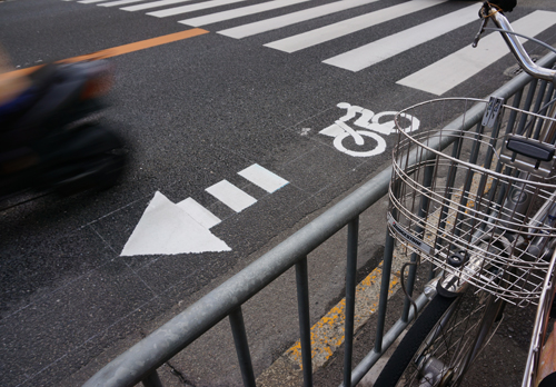 産業道路の自転車通行レーンギリギリにバイク