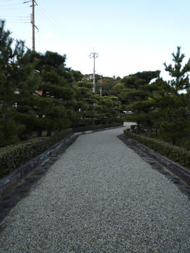 茶臼山古墳の中の砂利道