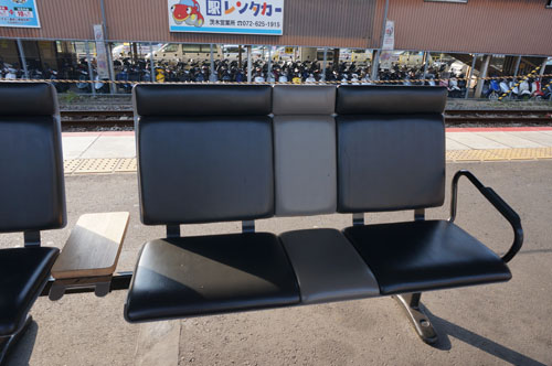 JR茨木駅ホームのベンチ二人掛け