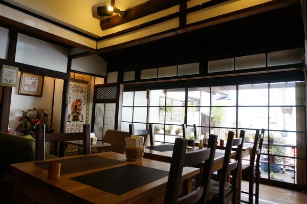 茨木・カフェ遊夢の店内庭方面