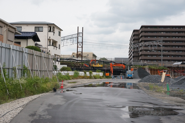 JR総持寺線路沿い南側の現場