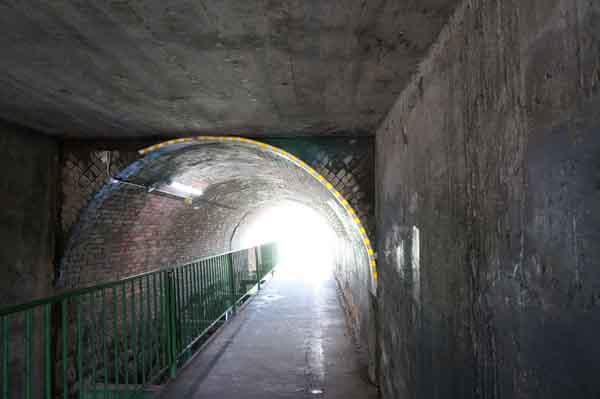 kkトンネルの中へ