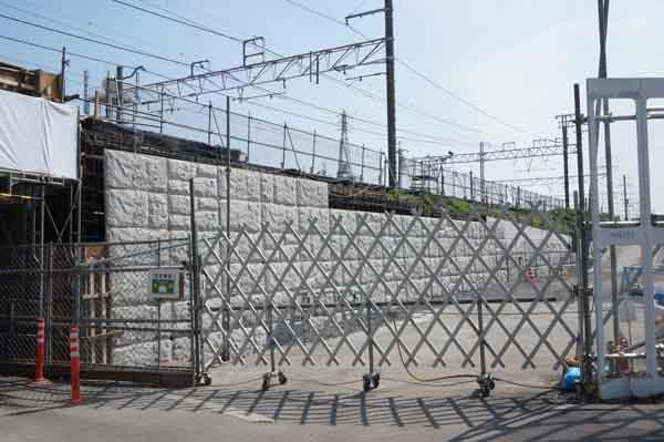JR総持寺駅あたりの石塀