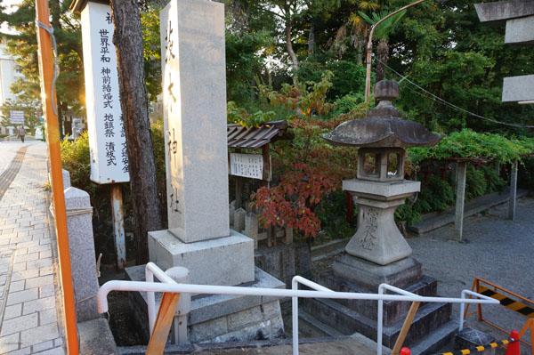 茨木神社階段の手すり左