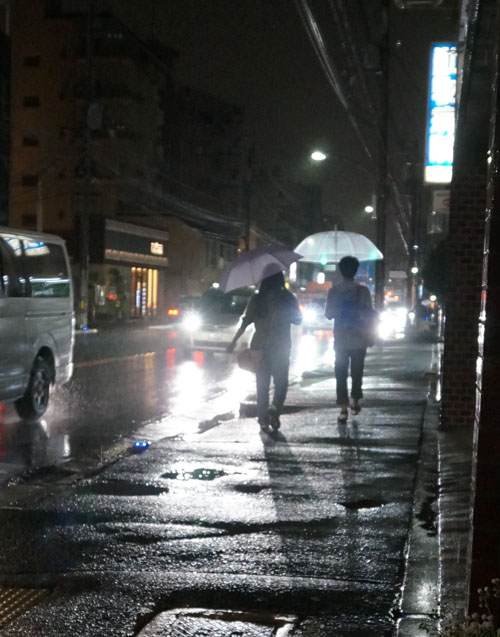 青色発光の道歩く人DSC06135