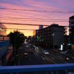 茨木郵便局前の夕焼け、電線見える