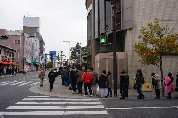 茨木神社初詣の行列2