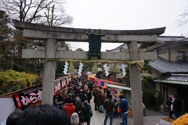 茨木神社境内の行列