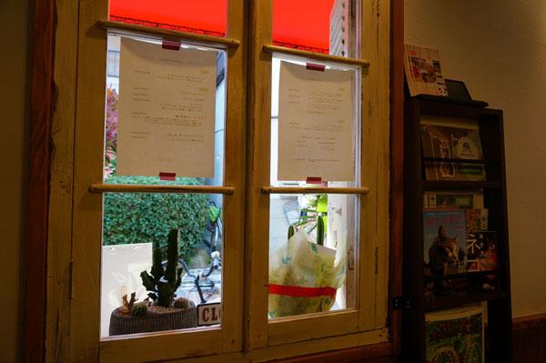 カフェカクタス店内から窓DSC09526