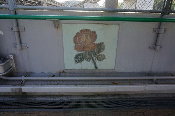 万博公園中央入り口の橋にバラのイラスト