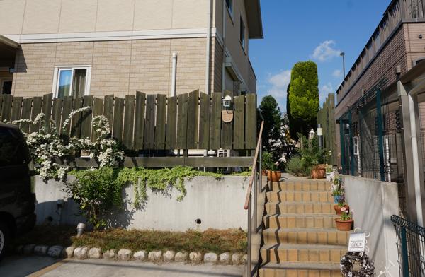 茨木彩都パン屋シャンボールの駐車場側