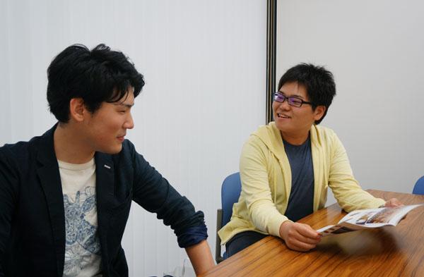 茨木グルメBOOKを見ながら話す二人