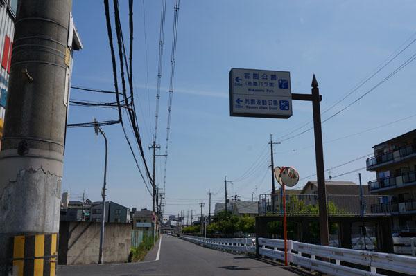 茨木南中そばのコインランドリー前道路2