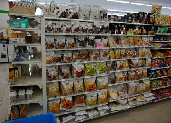 ファミリーマートの商品が並んでいるDSC02268
