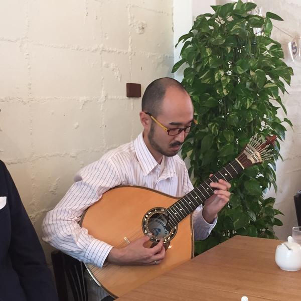 ポルトガルギターを弾く月本さん
