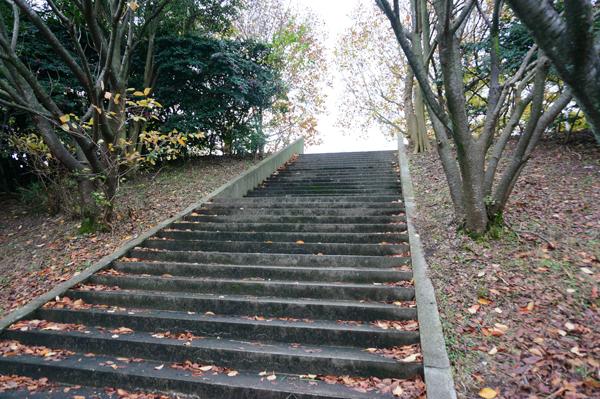 万博外周から階段のぼる