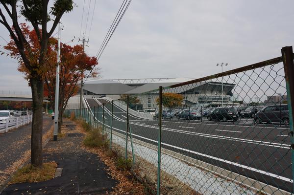 エキスポシティ向かい側駐車場の道路