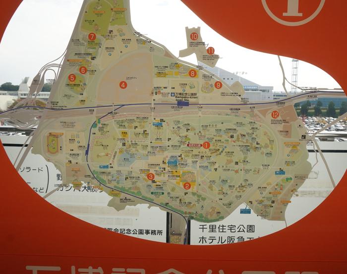 万博のマップ・記念公園駅の前で