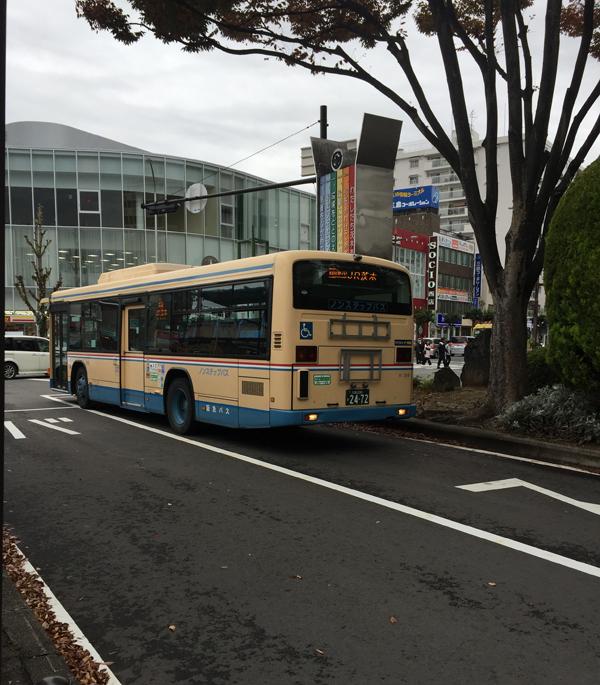 JR茨木バス停に停車中のバス