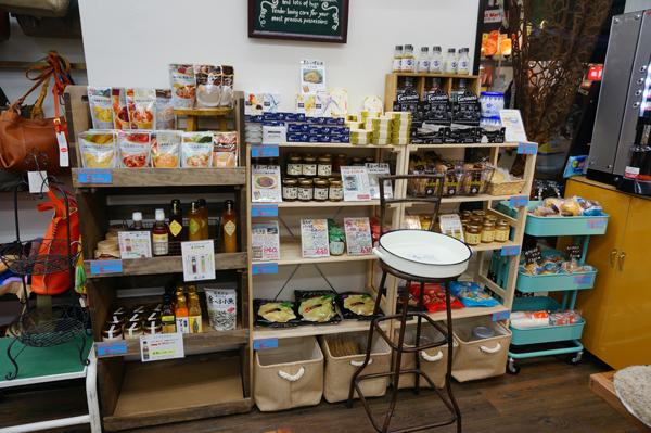 水嶋書房のカフェブースで食品も販売