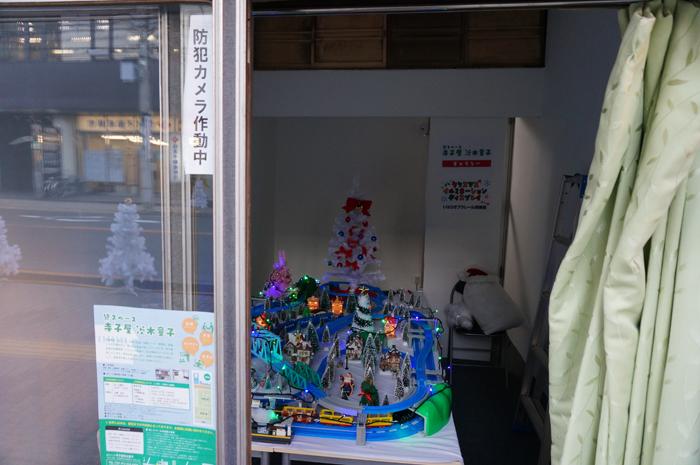 茨木寺子屋の外からジオラマを見る