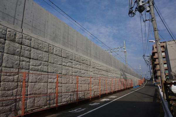 JR総持寺あたり線路沿いの道路