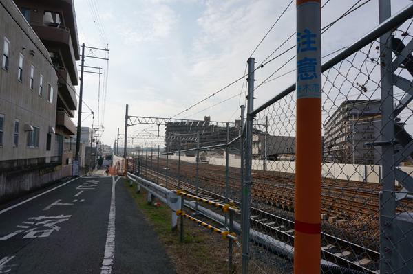 JR総持寺あたり線路と道路大阪方面