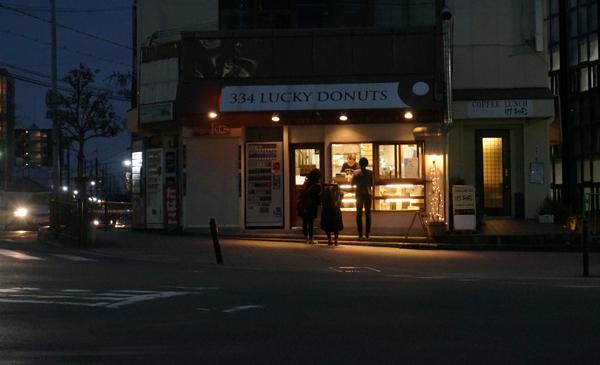ラッキードーナッツの夜の外観