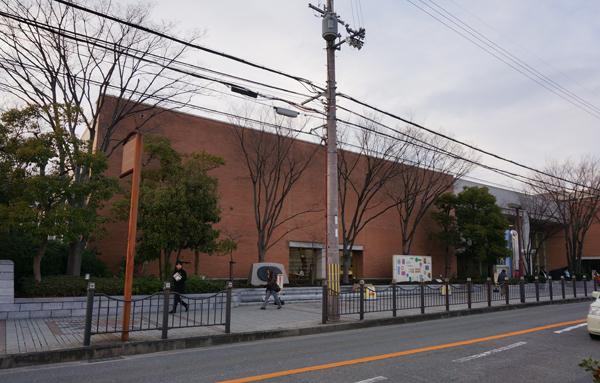 中央図書館外観南側から
