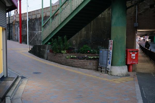 春日商店街入り口の打ち水タンク