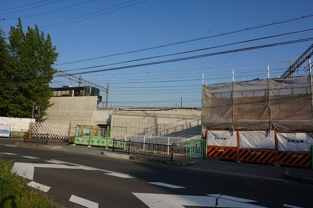 三島中そばファミマ工事のところを電車が通る