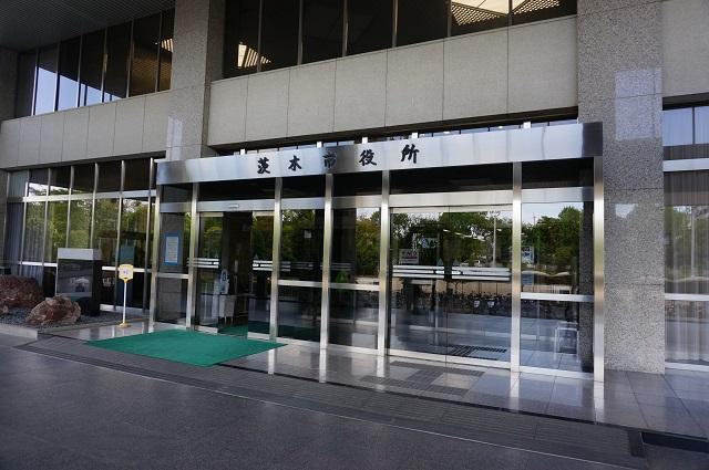 市役所本館玄関前