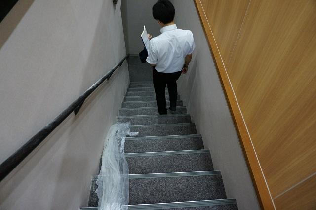 一階受付のところから、地下のお部屋へ通じる階段があります。