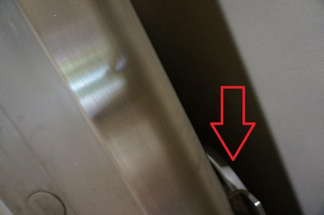 1階パーティルーム扉の後ろ側やじるし