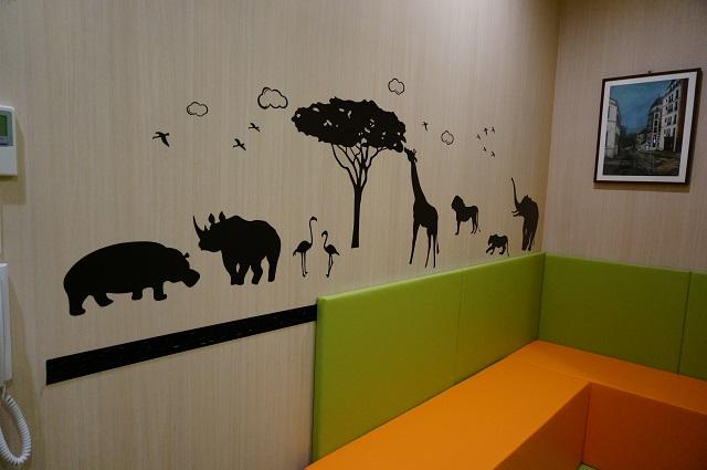 カラオケセブンマットの部屋グリーンの壁